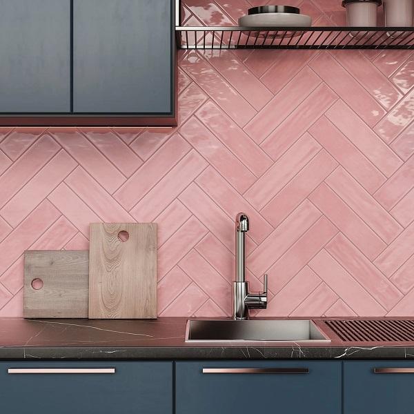 gạch ốp tường màu hồng cho không gian bếp